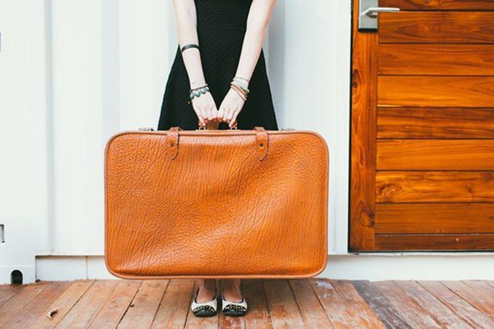 HostnFly rentabilise votre voyage en s'occupant de votre appartement, Jwebi fait de même avec vos valises !